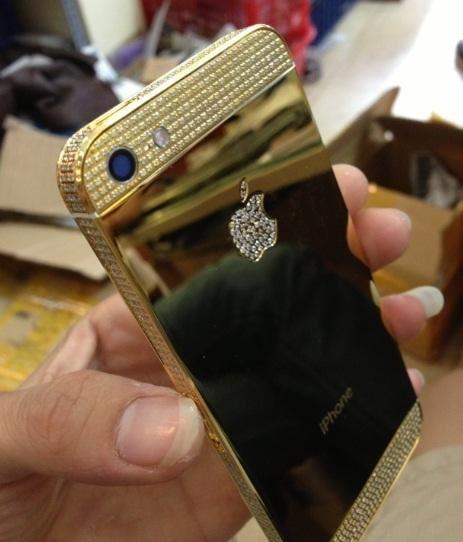 Vỏ iPhone 5 mạ vàng đính đá của Trung Quốc