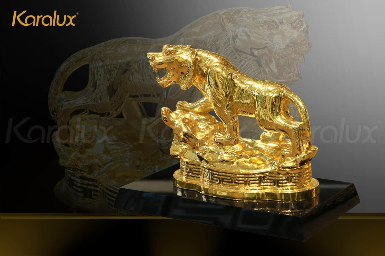 Tượng hổ phong thủy mạ vàng được đúc đồng, mạ vàng 24K chế tác bởi nghệ nhân kim hoàn Karalux