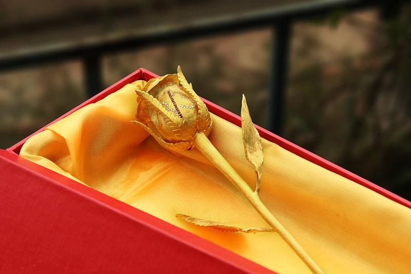 Bông hồng mạ vàng độc đáo