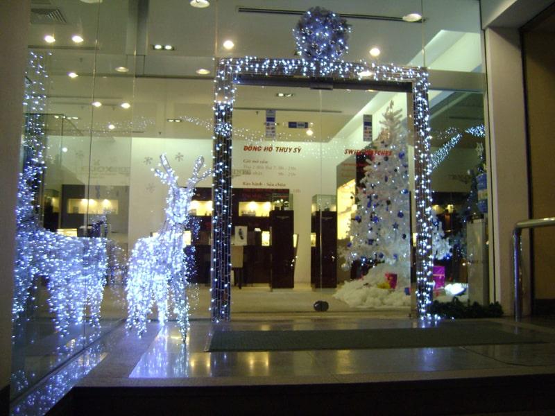 Trang trí cửa hàng đón Noel về