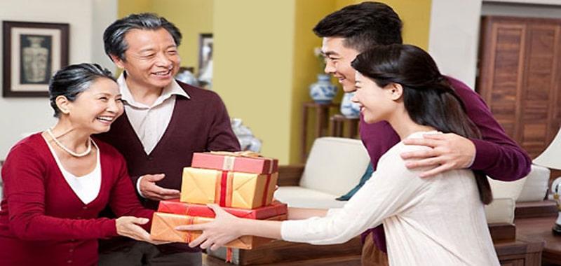 Quà biếu Tết độc đáo tặng bố mẹ vợ tương lai