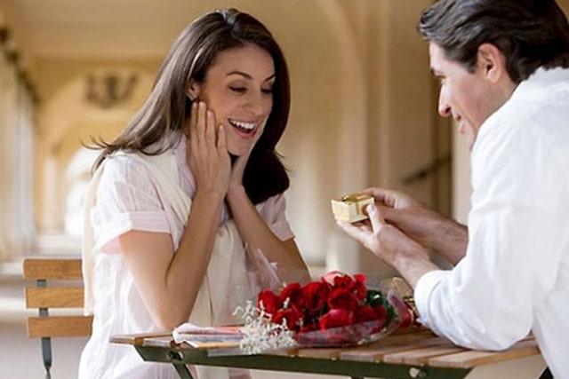 Những đôi yêu nhau thể hiện tình cảm của mình trong ngày Valentine