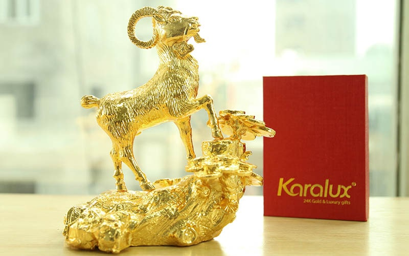 Cách bày trí tượng dê mạ vàng hợp phong thủy