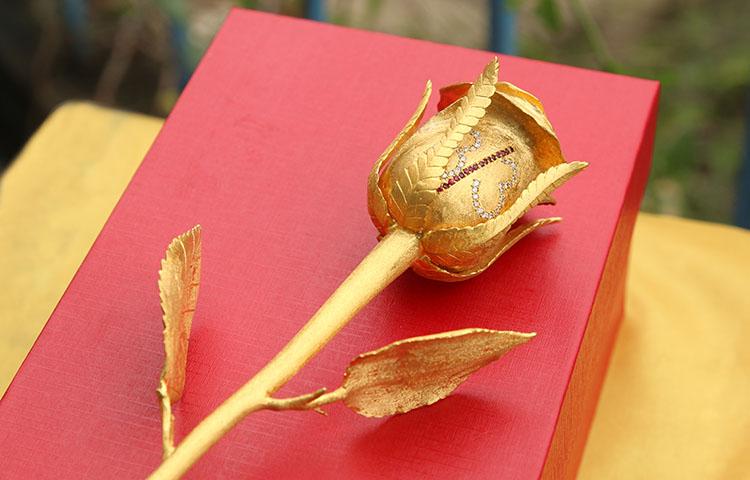 Bông hồng đúc vàng đính kim cương