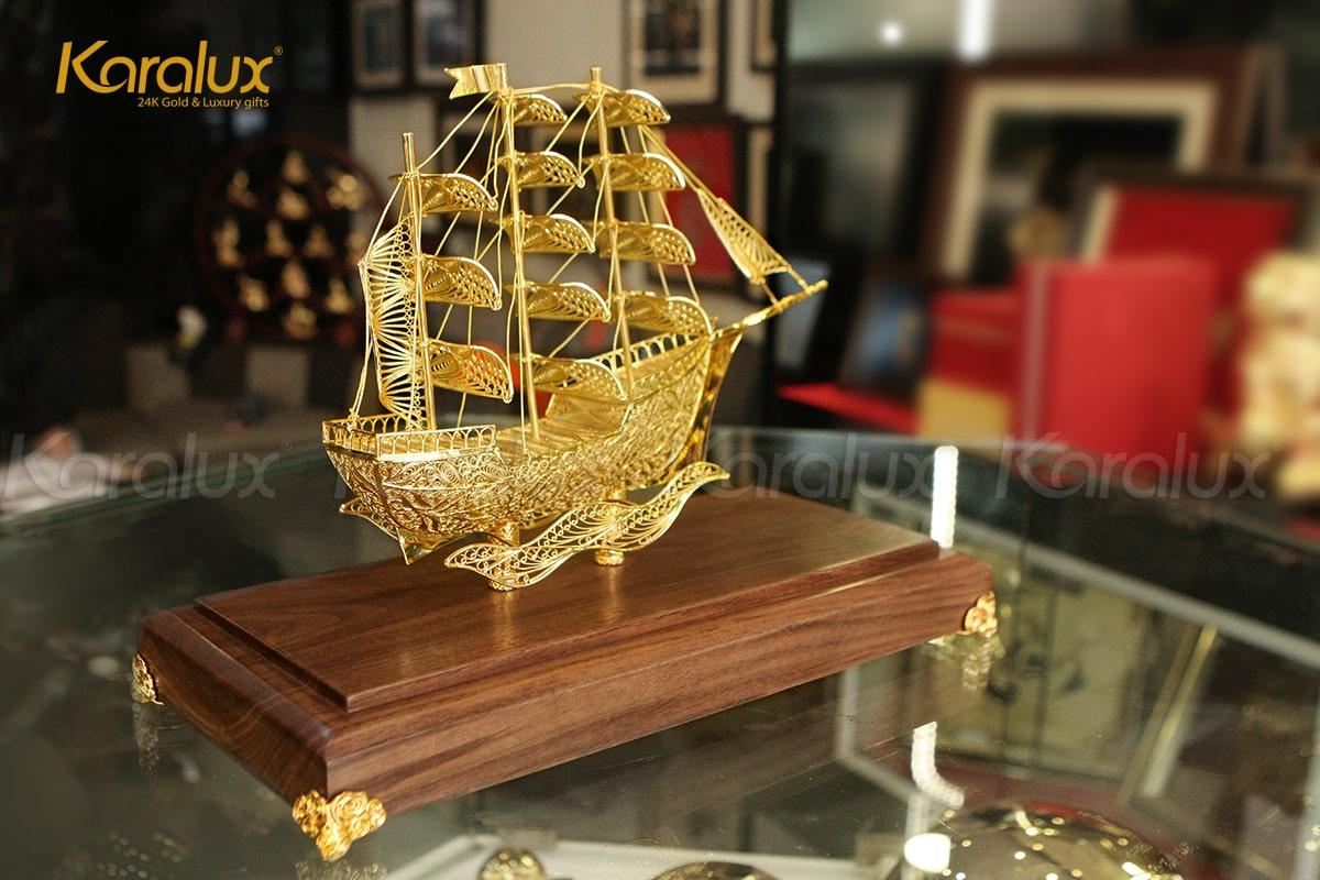 Mô hình thuyền buồm phong thủy mạ vàng 24K bởi Karalux