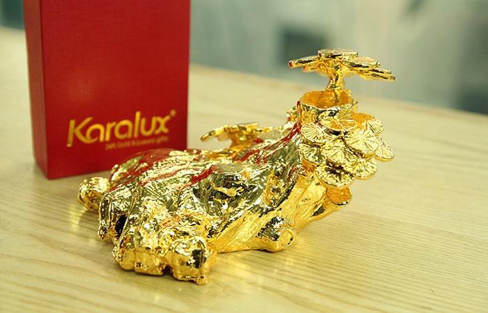 Mẫu tượng Dê thịnh vượng đứng trên hũ vàng, đồng tiền