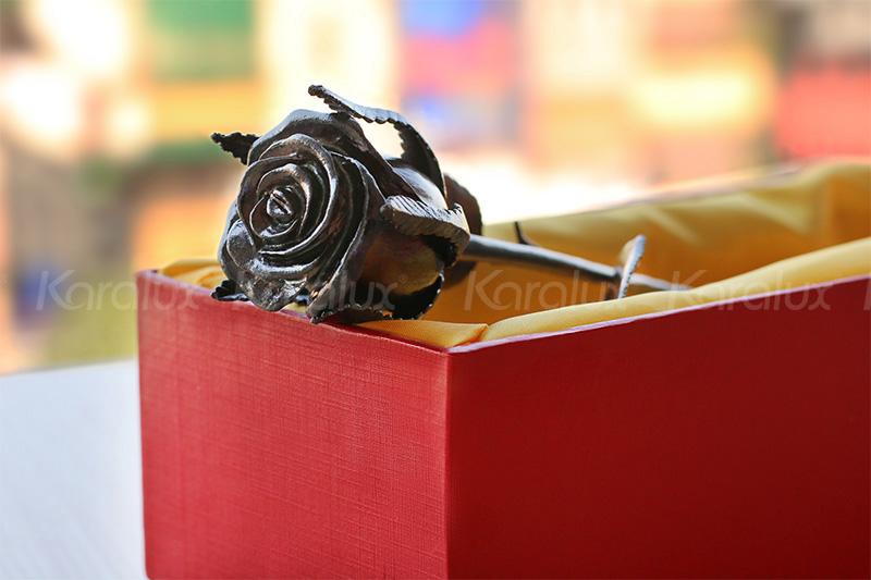Bông hoa hồng mạ vàng đen Karalux 8