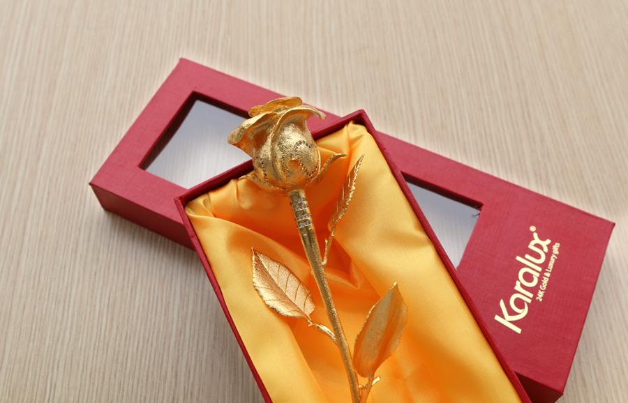 Bông hồng đúc vàng nguyên khối được kết hợp hài hòa với đế hình trái tim mạ vàng gắn kim cương sang trọng