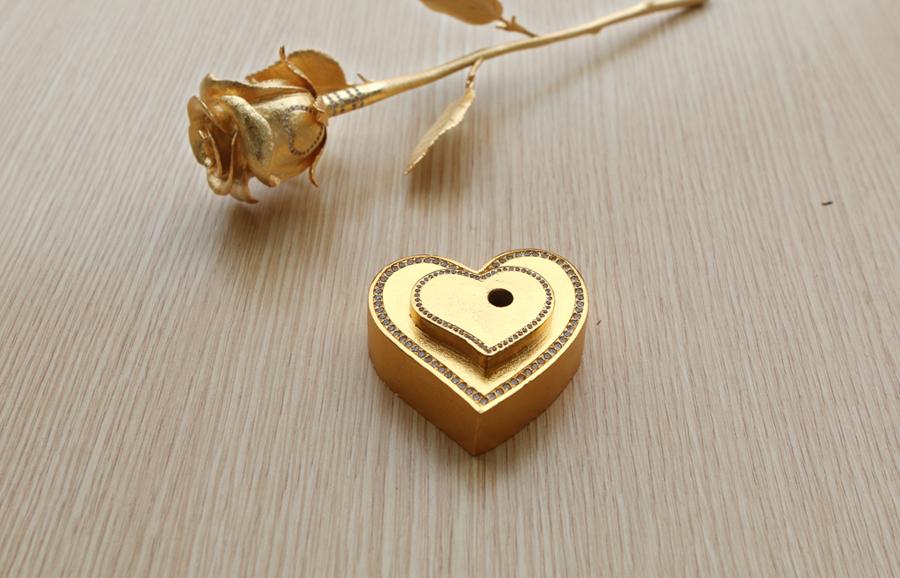 Bông hồng đúc vàng nguyên khối có giá 500 triệu bởi Karalux
