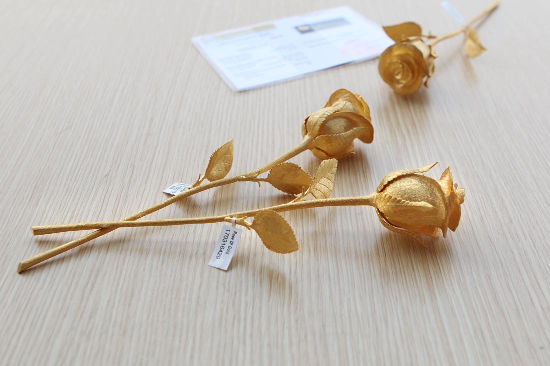 Để chế tác bông hồng vàng đội ngũ Kỹ thuật của Karalux phải dùng đến 5 cây vàng 24K