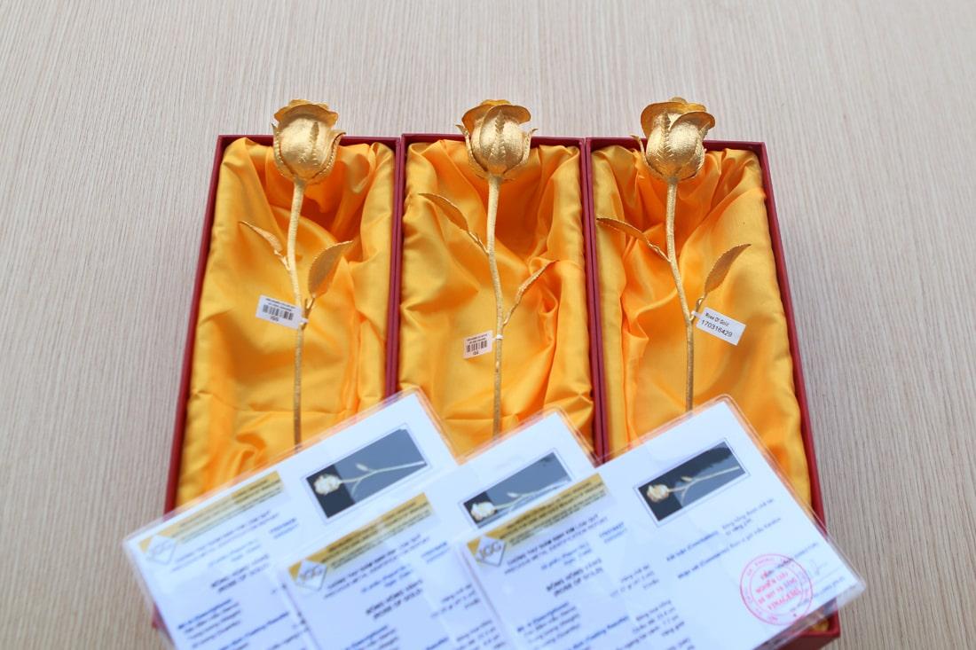 6 bông hồng vàng nguyên khối được chế tác theo đơn đặt hàng của 3 vị khách đến từ Hà Nội và Hải Phòng và Quảng Ninh