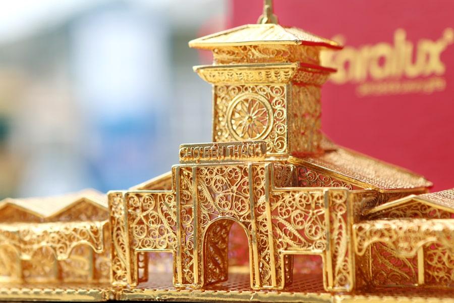 Mô hình chợ Bến Thành mạ vàng mang thương hiệu Karalux 4