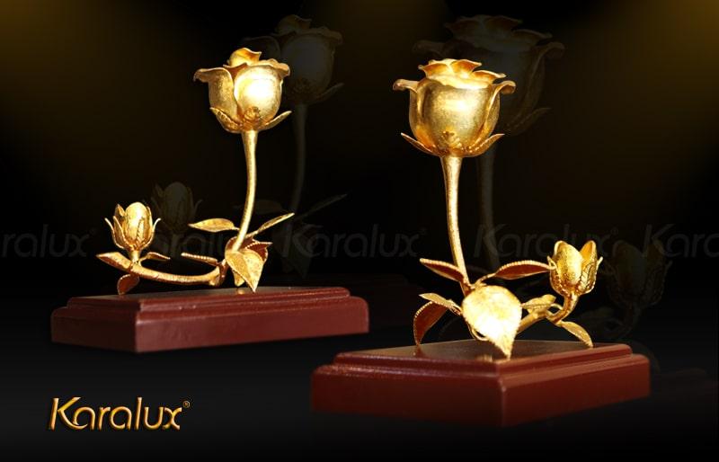 Bông hồng vàng 3 trong 1 vừa trưng bày nhưng cũng là giá để bút và name card