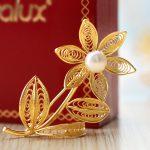 Sản phẩm hoa cài áo mạ vàng có mức giá 1,5tr/sp với nhiều mẫu mã khác nhau