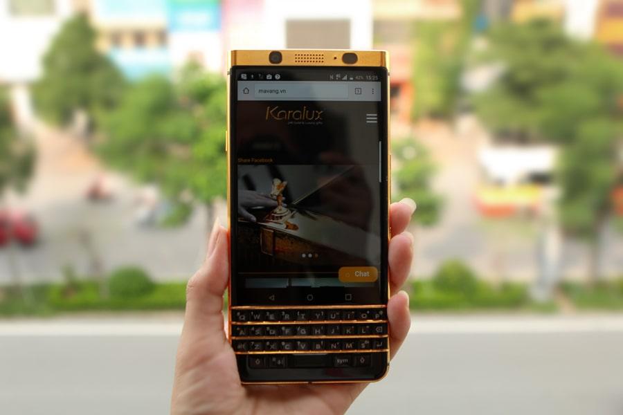 BlackBerry KeyOne được thiết kế thon gọn với khung viền kim loại chắc chắn