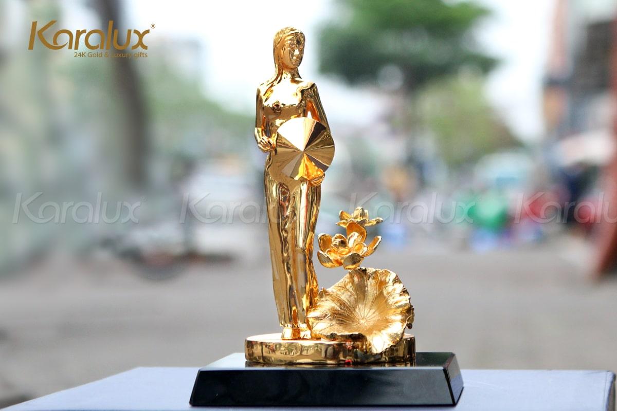 Biểu tượng phụ nữ Việt Nam mạ vàng