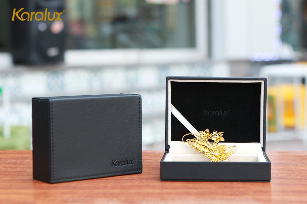 Hoa cài áo cao cấp mạ vàng mẫu hoa lan với hộp da sang trọng là món quà tặng độc đáo, ý nghĩa cho phụ nữ trong các dịp lễ tết