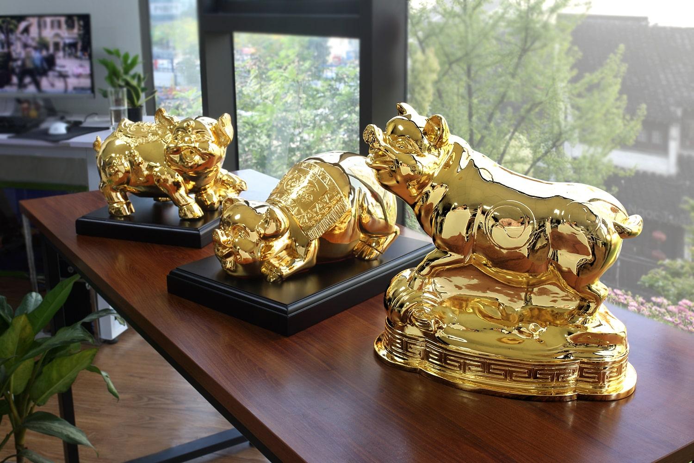 Quà Tết Kỷ Hợi ý nghĩa với bộ sưu tập tượng heo mạ vàng.