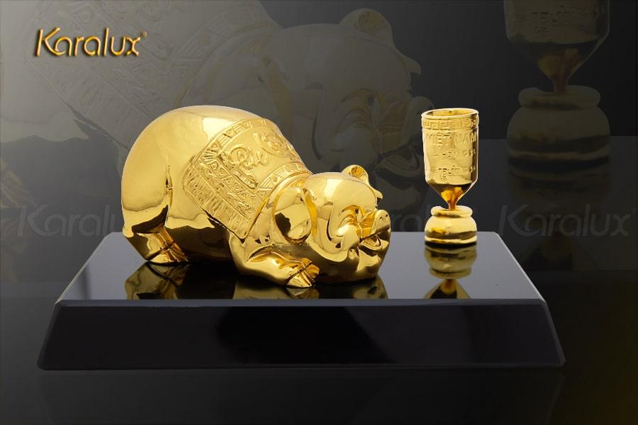 Thiết kế giá để bút heo vàng với giá bán 3 triệu đồng được nhiều doanh nghiệp lựa chọn nhất