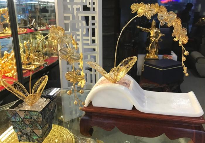Cành hoa lan được chế tác thủ công từ bạc bởi nghệ nhân kim hoàn là món quà tặng cao nhất trong dịp tết 2019