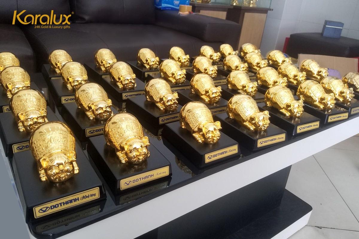 Nhiều doanh nghiệp lựa chọn tượng heo mạ vàng làm quà tặng đối tác, khách hàng, ... trong dịp tết Kỷ Hợi 2019