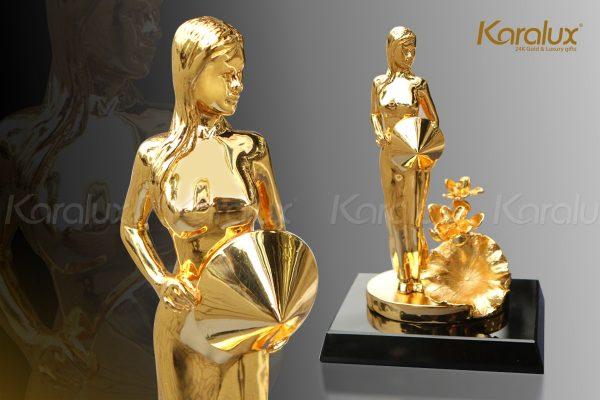 Biểu tượng người phụ nữ Việt Nam mạ vàng 2