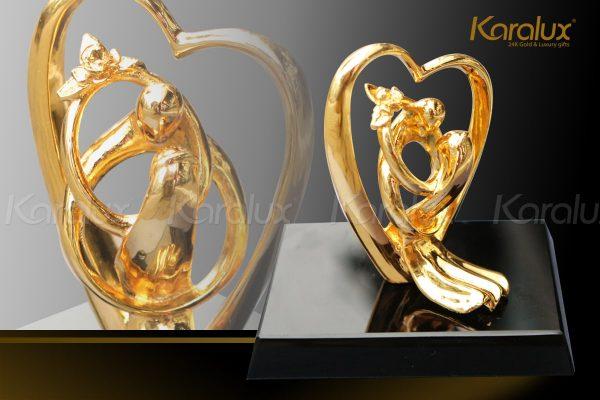 Biểu tượng trái tim được đúc đồng, mạ vàng 24K với thiết kế phù hợp tặng trong dịp 8/3, quà cưới hay kỷ niệm ngày cưới