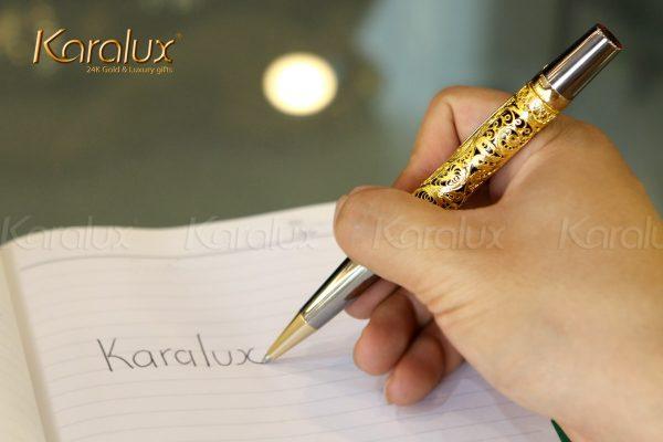 Phần thân bút được các nghệ nhân kim hoàn chế tác hoàn toàn thủ công từ bạc nguyên chất