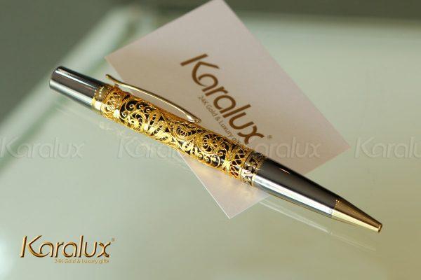 Hoa văn trên bút được thiết kế với 3 mẫu: hoa sen, trống đồng và hoa văn trái tim