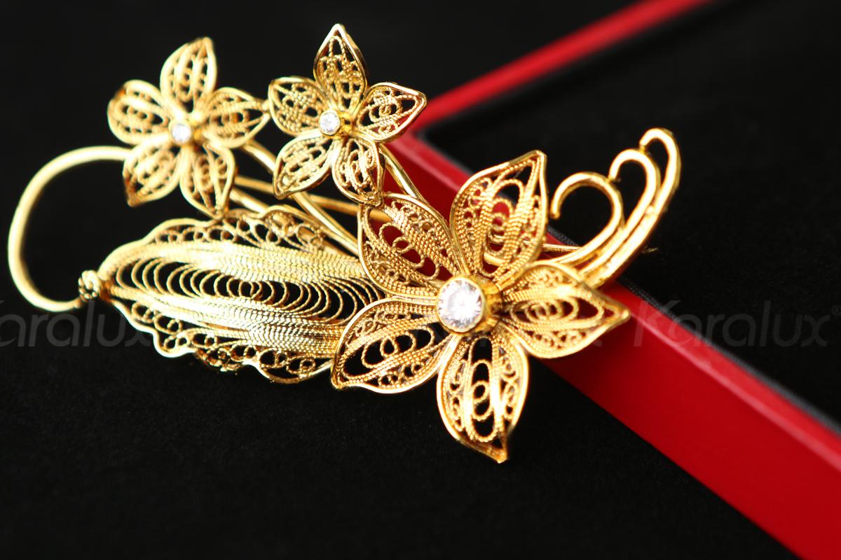 Cài áo hoa lan được chế tác thủ công tinh xảo từ bạc nguyên chất, sau đó mạ vàng 24K bởi nghệ nhân kim hoàn Karalux