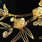 Từ các sợi bạc mảnh mai, các nghệ nhân kim hoàn Karalux tỉ mẩn chế tác thành các cánh hoa đào tinh xảo