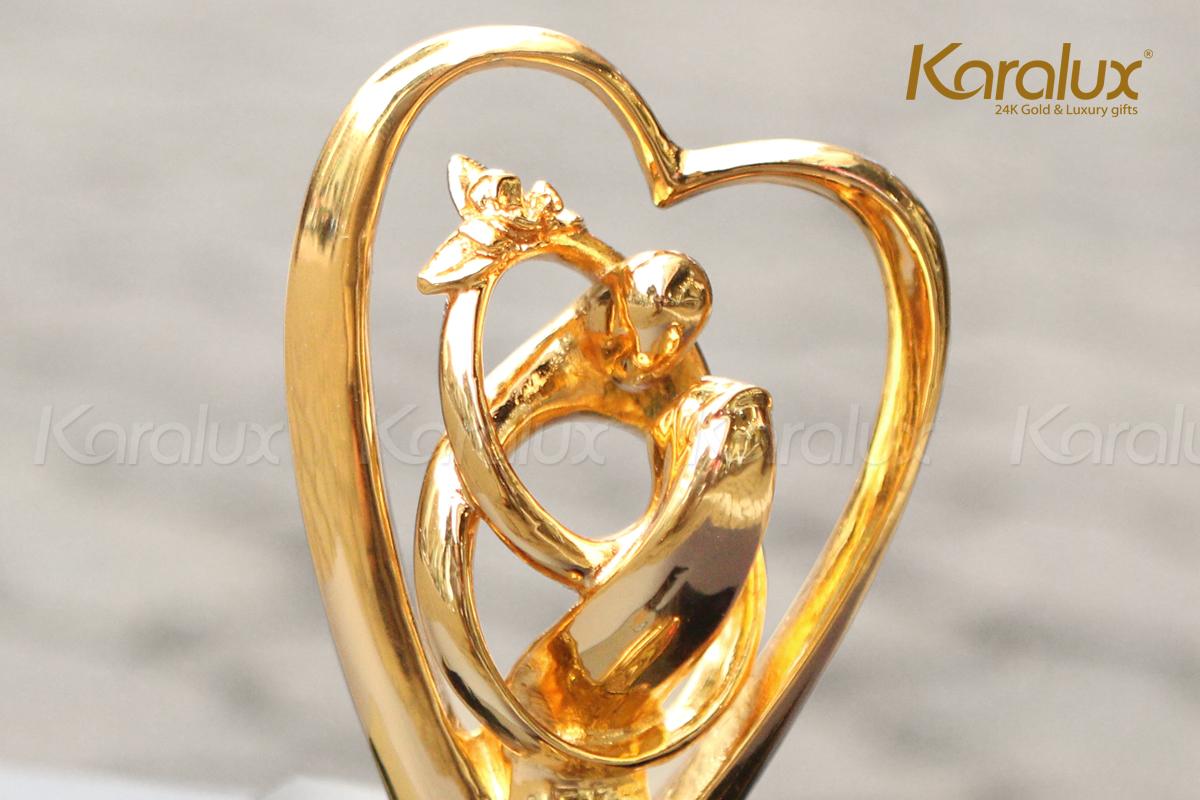 Hình ảnh đôi nam nữ được cách điệu từ 2 chiếc nhẫn lồng vào nhau