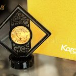 Đồng lộc kim Kỷ Hợi mạ vàng phiên bản đế pha lê cao cấp. Bên cạnh đó còn có phiên bản giá rẻ đế nhựa với giá 950.000đ