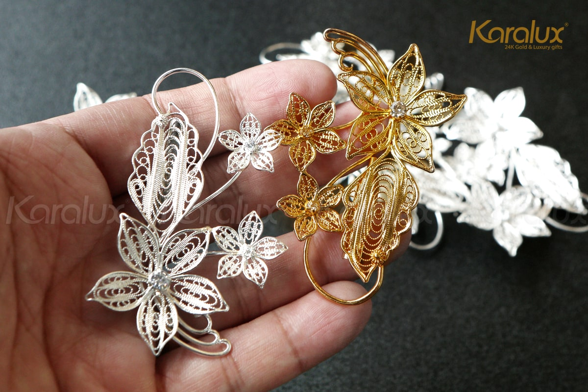 Cài áo hoa lan bằng bạc khi chưa mạ vàng và phiên bản đã mạ vàng 24k