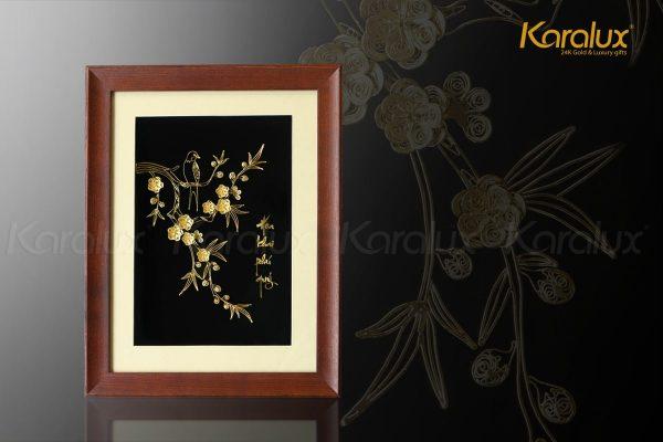 """Tranh hoa đào chế tác thủ công từ bạc, mạ vàng 24K với dòng chữ """"Hoa khai phú quý"""" đầy ý nghĩa"""