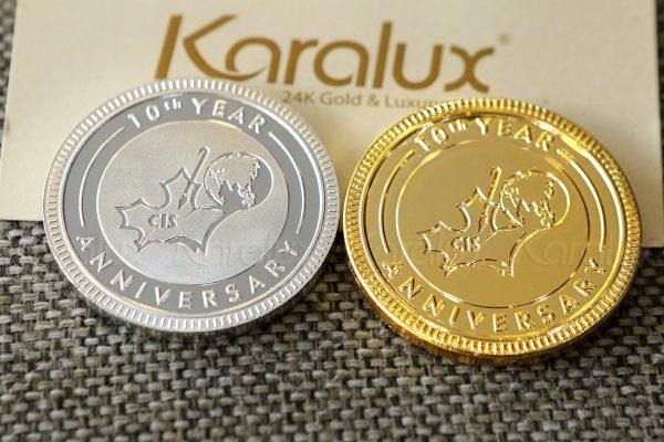 Đồng xu kỷ niệm 10 năm thành lập được Karalux thiết kế và chế tác cho khách hàng với 2 phiên bản bằng bạc và mạ vàng