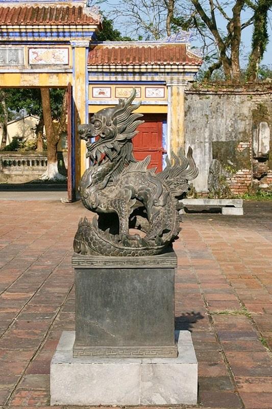 Nguyên mẫu tượng rồng chầu tại Duyệt Thị Đường (Đại Nội Huế)