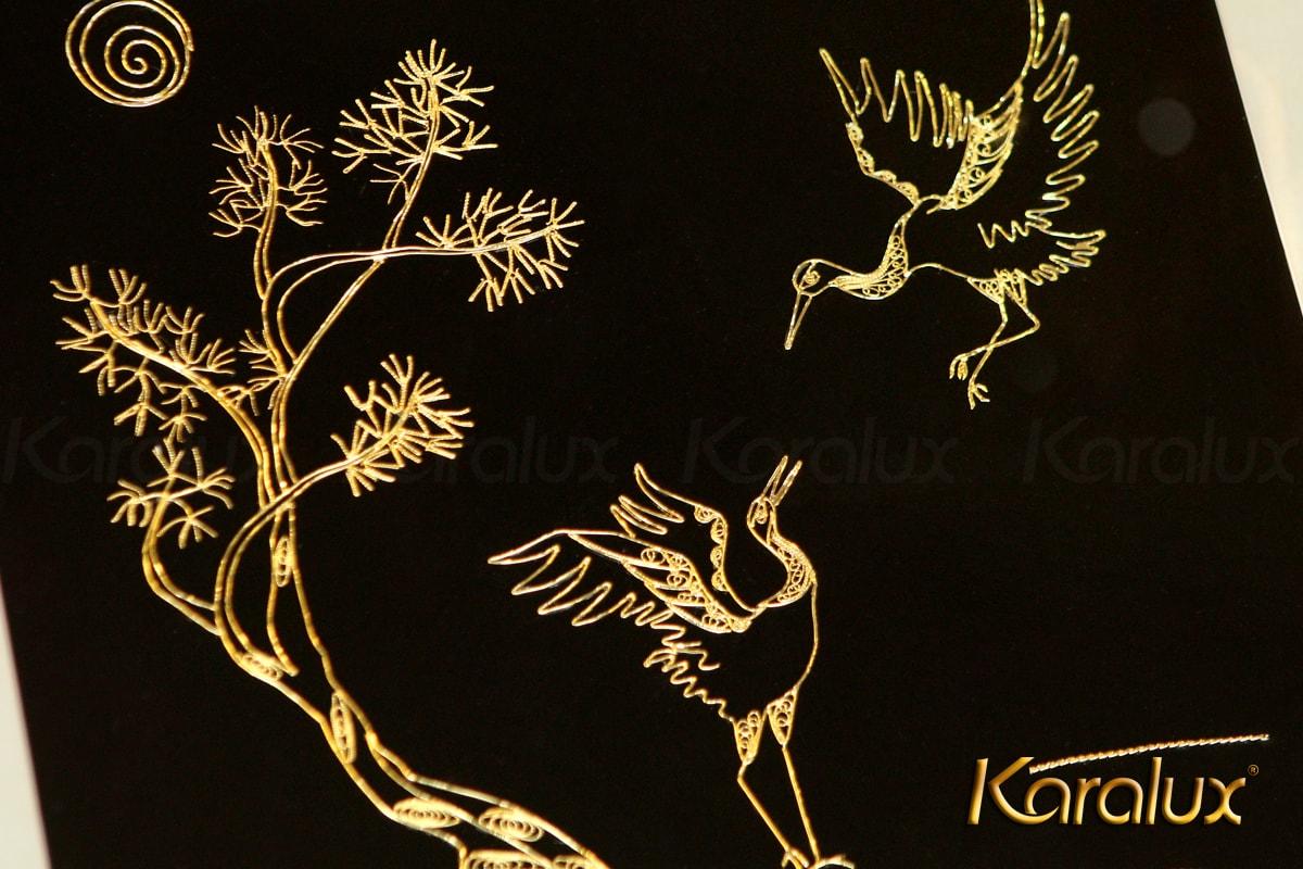 Để chế tác được 1 bức tranh đôi chim hạc bằng bạc, các nghệ nhân Karalux mất gần 3 ngày làm việc liên tục