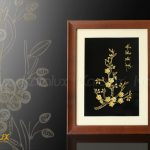 Tranh hoa mai vàng với dòng chữ
