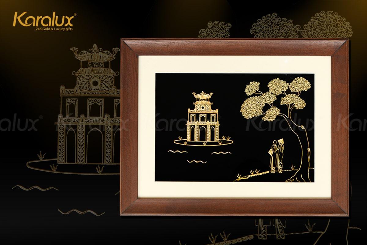 Các họa tiết trên tranh Hồ Gươm được chế tác tinh xảo từ bạc bởi nghệ nhân kim hoàn, sau đó được mạ vàng 24K