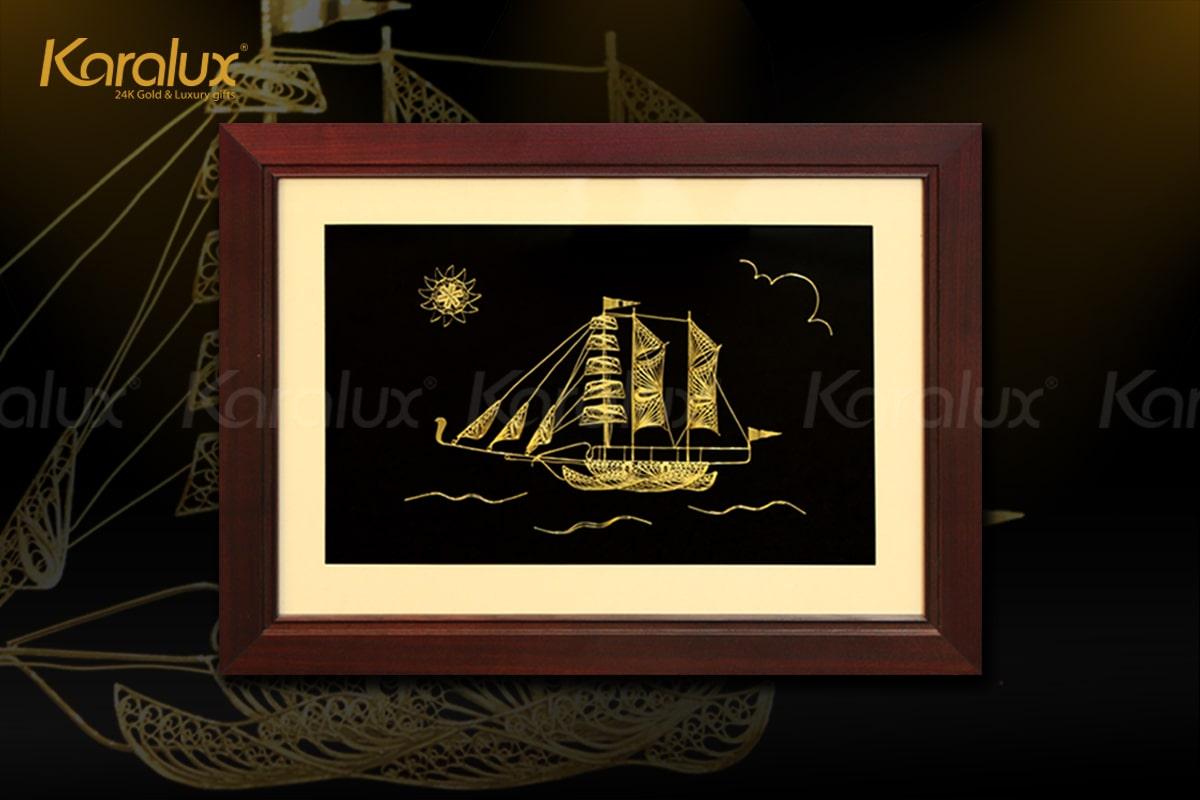 Tranh thuyền buồm phong thủy được chế tác từ bạc, mạ vàng 24k bởi các nghệ nhân kim hoàn Karalux
