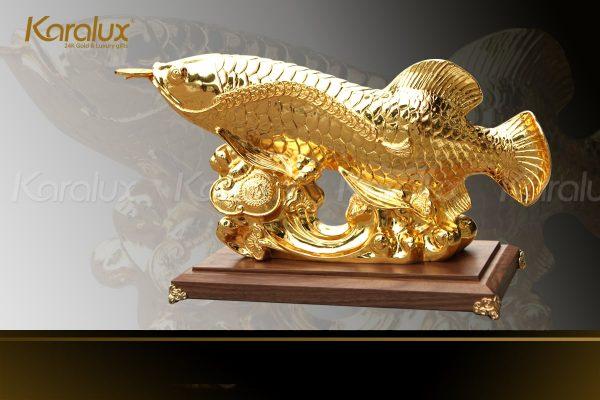 """Cá rồng ngậm đồng xu """"Chiêu Tài Tấn Bảo"""" được nhiều người kinh doanh đặt làm vật phẩm phong thủy tại văn phòng hoặc phòng khách"""
