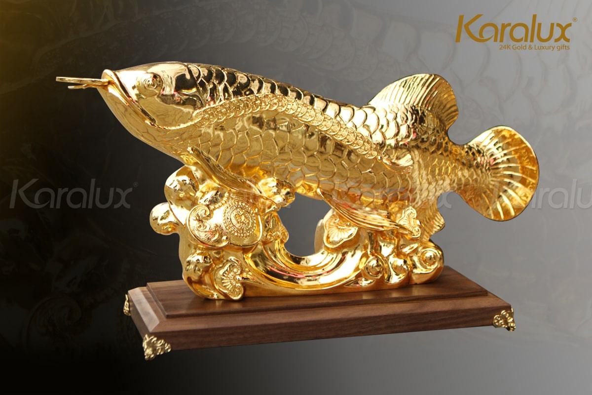 Tượng cá rồng phong thủy được đúc đồng, bề mặt mạ vàng 24K