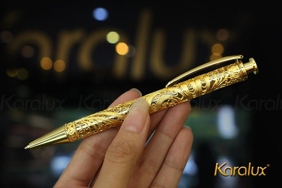 Bút ký mạ vàng với họa tiết hoa văn độc đáo