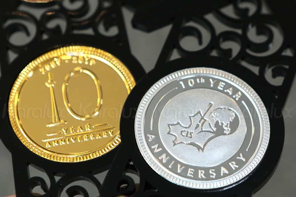 Đồng xu kỷ niệm với 1 mặt logo trường CIS và 1 mặt với logo kỷ niệm 10 năm thành lập