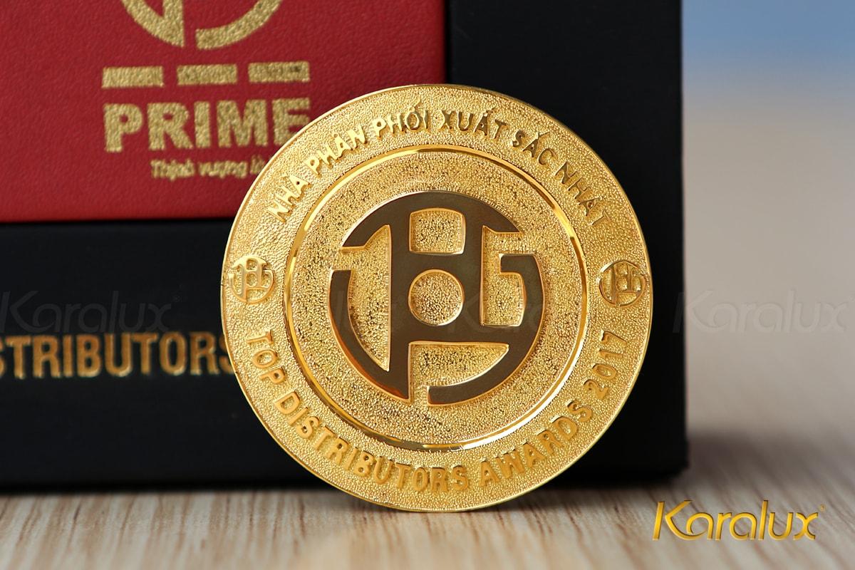 Huy hiệu Prime đúc vàng 18K với kỹ thuật đúc vàng tiên tiến khác với hỹ thuật đúc vàng thủ công