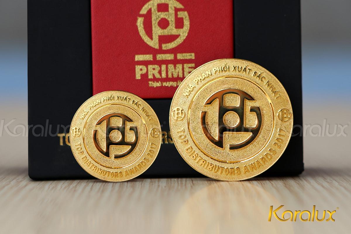 Huy hiệu có 2 kích thước khác nhau với trọng lượng 3,8 và 7,8 chỉ vàng 18k