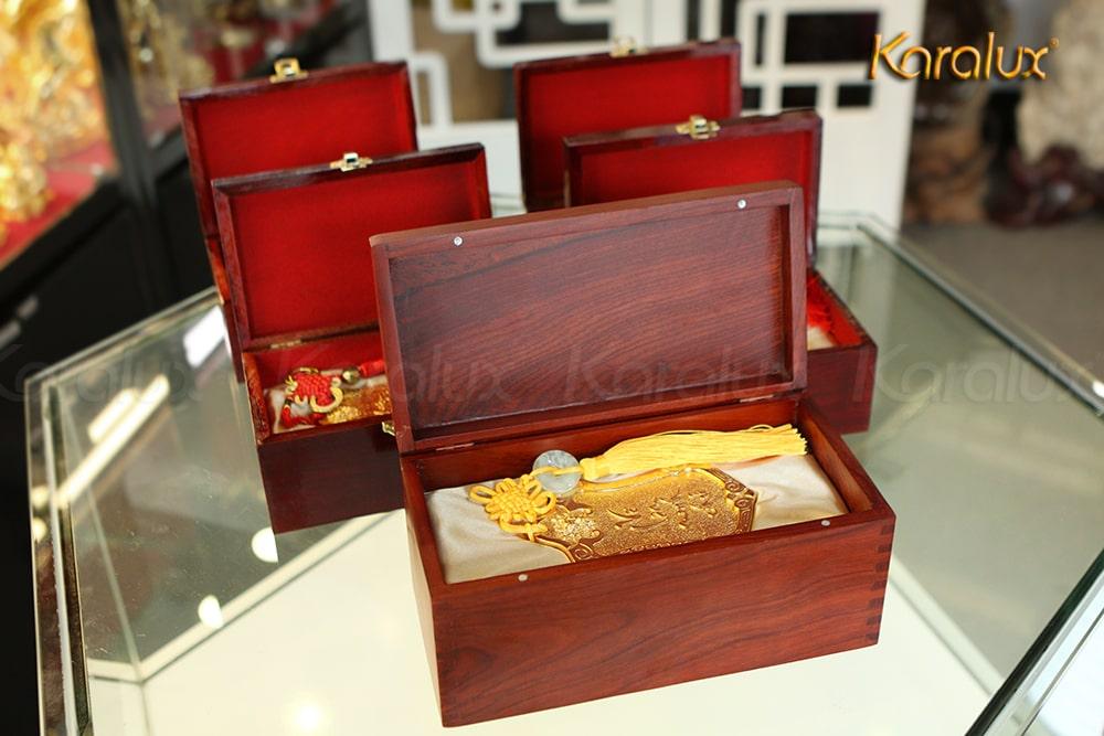 Lệnh bài mạ vàng được đựng trong hộp gỗ, trên nắp gắn thêm thẻ đề tặng là tên user, server và danh hiệu