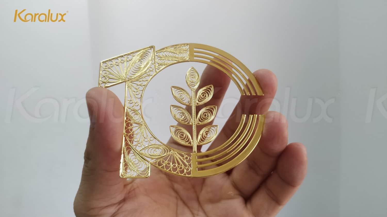 Các chi tiết logo được chế tác từ sợi bạc, mạ vàng 24k bởi nghệ nhân kim hoàn Karalux