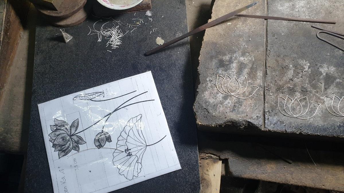 Tranh hoa sen Karalux được chế tác bởi kỹ thuật đậu bạc cổ truyền. Sản phẩm được nghệ nhân kim hoàn uốn và hàn từ những sợi bạc rất nhỏ. Xem ảnh tranh hoa sen hoàn thiện.